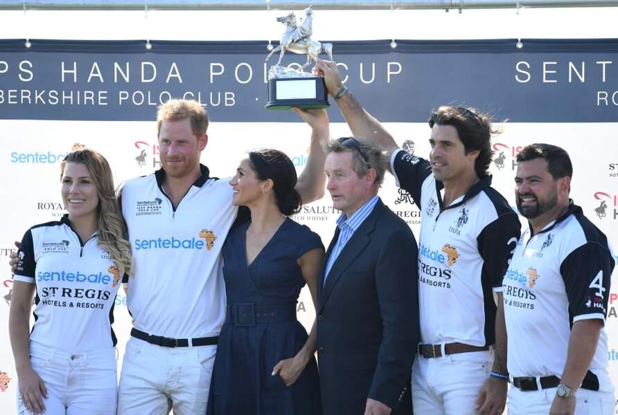 Le prince Harry et Meghan Markle s'embrassent : l'équipe de vainqueurs pose avec la duchesse de Sussex