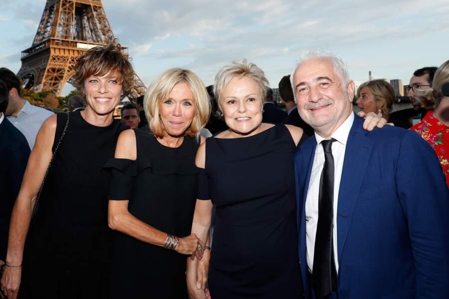 Alerte fashion ! On comprend le sourire crispé de Muriel Robin, arrivée dans la même robe que Brigitte Macron