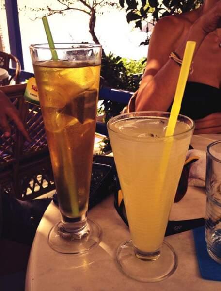 Parfois, Nikos prend le temps de boire un verre