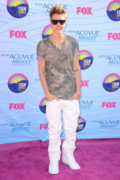En 2012, nouvelle touche de coolitude pour JB, à coups de pantalon blanc et t-shirt militaire.