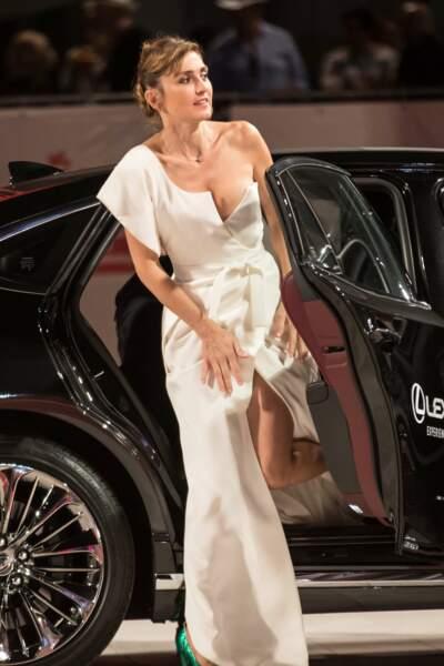 Présentation de L'insulte à la Mostra de Venise : Julie Gayet sort de sa voiture