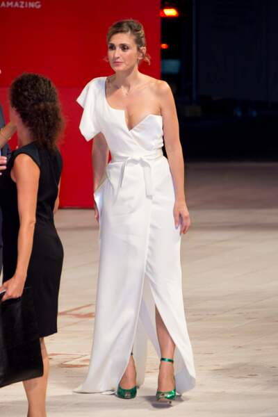 Présentation de L'insulte à la Mostra de Venise : Julie Gayet ravissante dans sa robe blanche