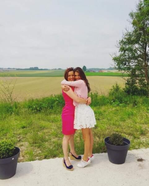 Laurence Druart et sa fille Iris Mittenaere devront patienter un peu avant de se retrouver comme sur cette photo