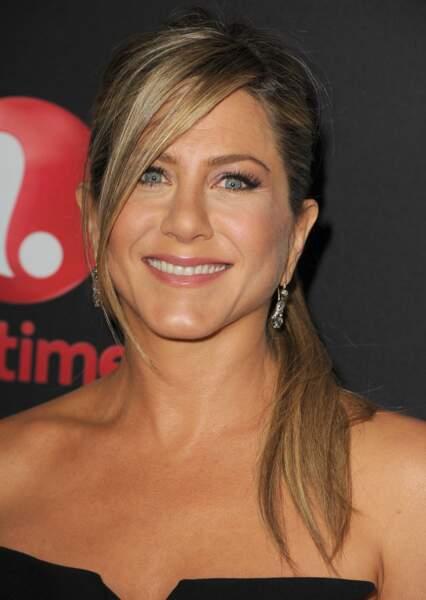 Visage triangulaire : choisissez une frange longue et sur le côté à la manière de Jennifer Aniston