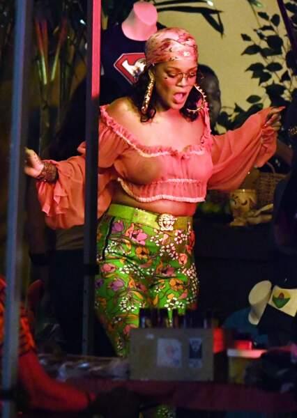 Seins nus sous un top ultra transparent, Rihanna s'éclate sur le tournage de son nouveau clip