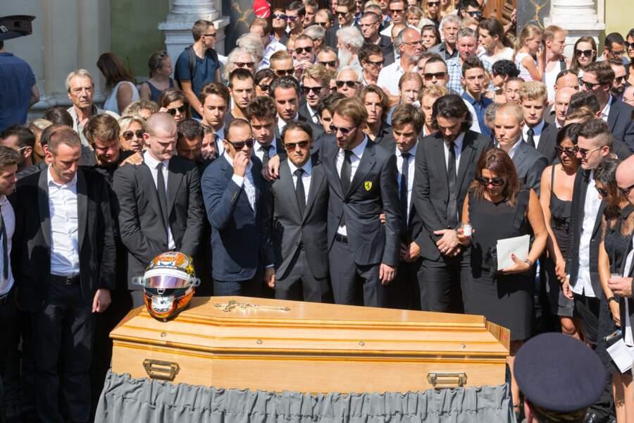 La famille et les amis de Jules Bianchi, ainsi que la foule des anonymes, se recueillant devant le cercueil