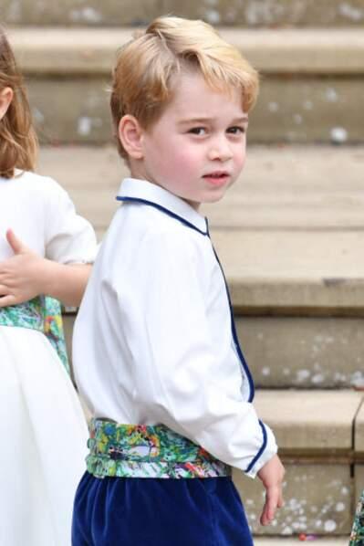 Le prince George était adorable, vêtu d'un pantalon bleu et d'une chemise blanche, ornée d'un gros noeud bleu-vert