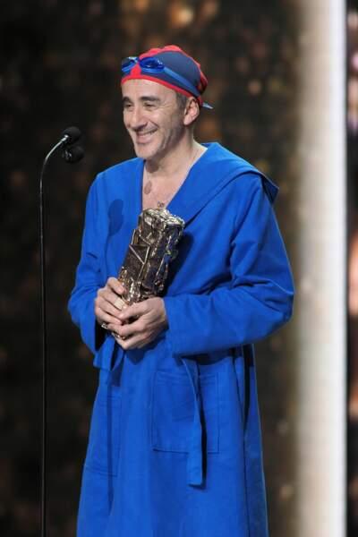 """Venu remettre le César des Meilleurs costumes, Élie Semoun a rendu hommage au """"Grand bain"""" avec la tenue complète"""
