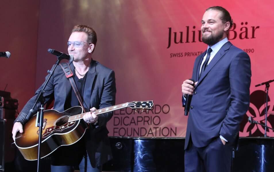 Ici, il met Bono aux enchères