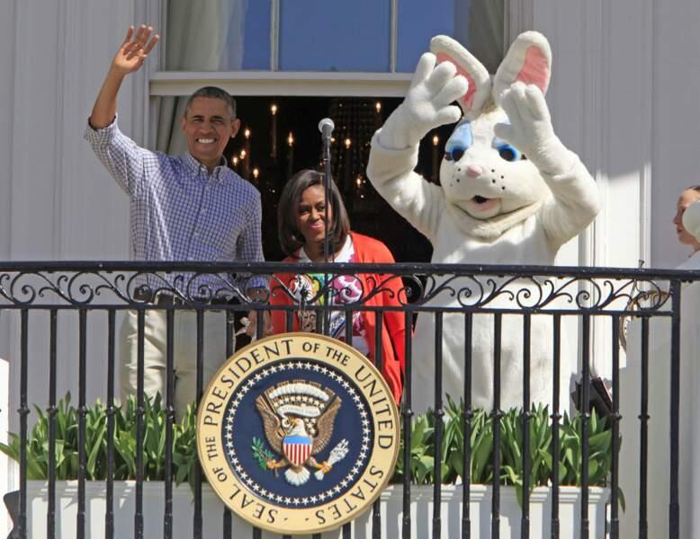 Les Obama et toujours ce satané gros lapin blanc au balcon de la Maison Blanche !