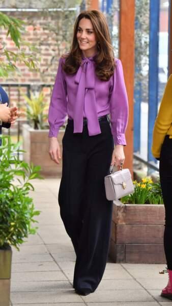 Kate Middleton a mis son chemisier Gucci à l'envers !