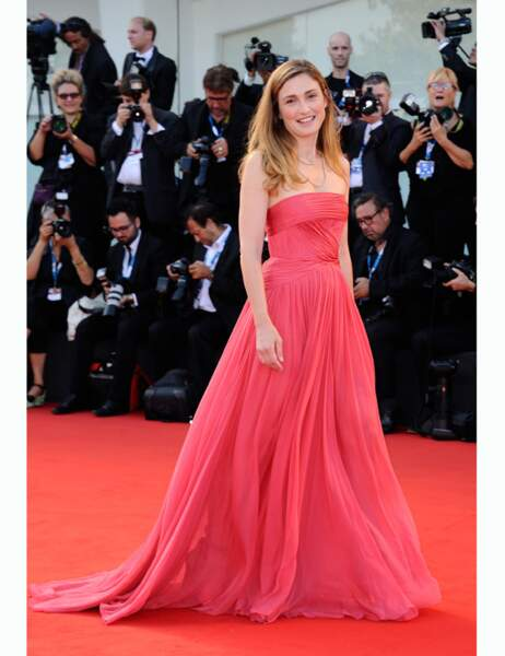 Dans sa longue robe rose, l'actrice est radieuse et féminine
