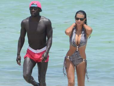 Ludivine Sagna ultra sexy en trikini à la plage