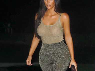 Kim Kardashian topless sous un top doré et transparent, elle en montre beaucoup