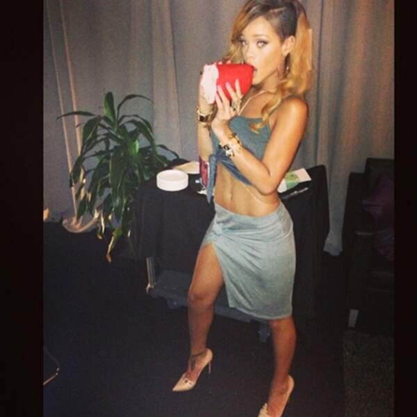Rihanna va manger son rouge à lèvres géant