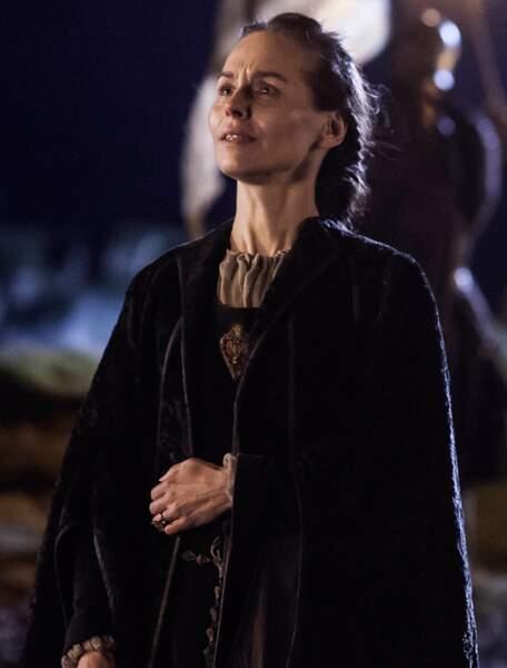 Elle joue la reine Selyse Baratheon, la femme de Stannis