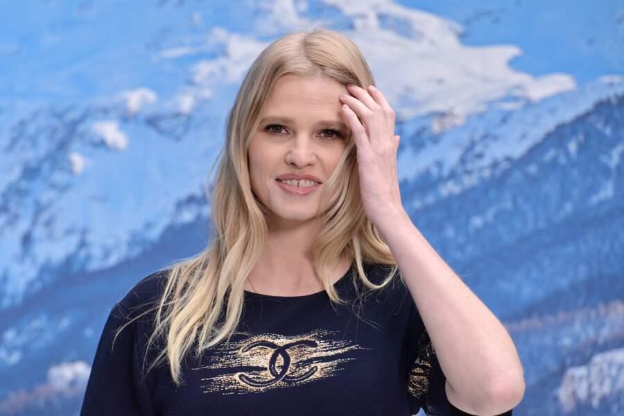 Lara Stone au défilé Chanel automne-hiver 2019-2020 pour un dernier hommage à Karl Lagerfeld