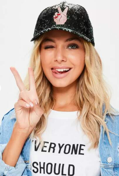 "Casquette à sequins noirs ""peace"", Missguided, 15€"