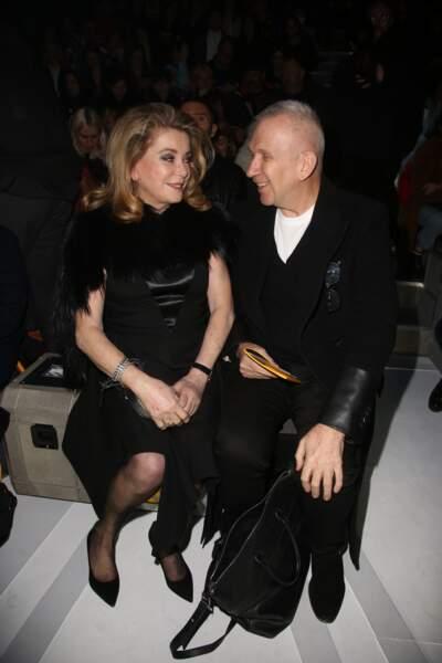Catherine Deneuve et Jean-Paul Gaultier au défilé Louis Vuitton lors de la fashion week de Paris, le 6 mars