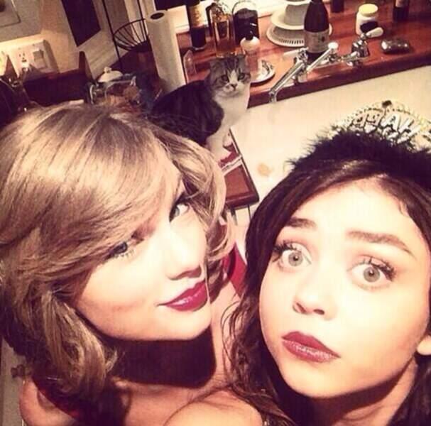 Le selfie de Taylor Swift et Sarah Hyland, photobombé par LE CHAT