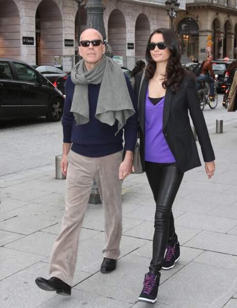 Bruce Willis, son écharpe et sa femme dans les rues de Paris.