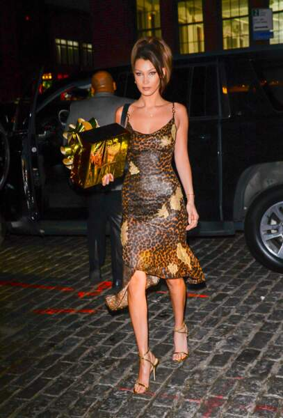 Bella Hadid et sa robe nuisette imprimée