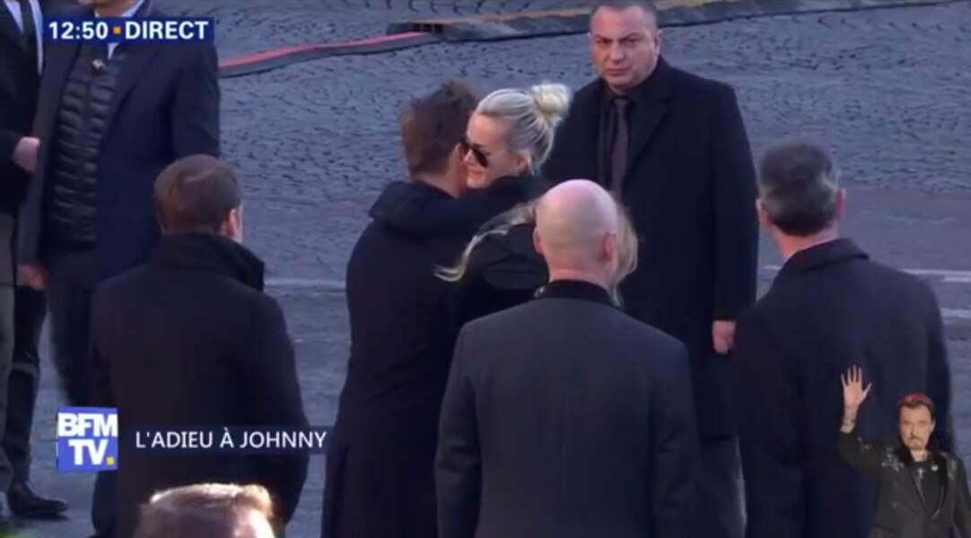 Hommage à Johnny Hallyday : en larmes, Laeticia prend David Hallyday dans ses bras