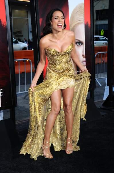 Avant-première d'Unforgettable : Rosario Dawson sublime dans sa longue robe doré (au décolleté ravageur)
