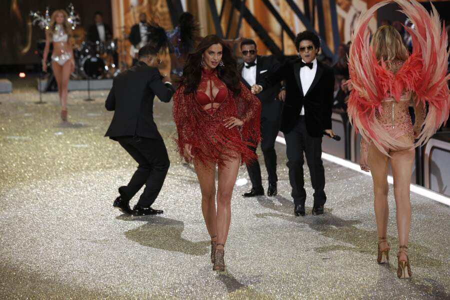 Elle a défilé deux fois et portait aussi un ensemble rouge