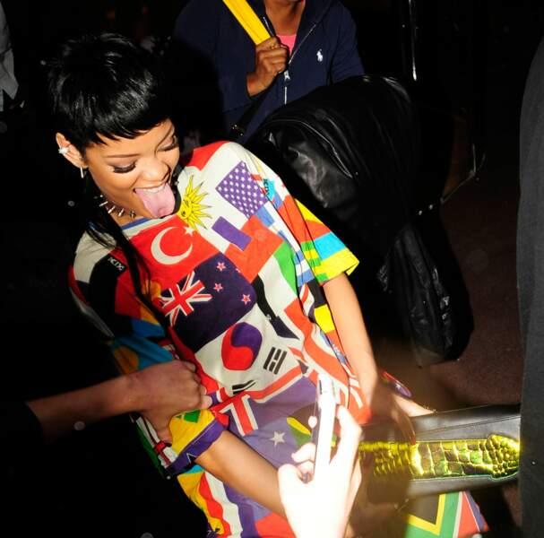 Photos: Rihanna s'amuse avec son garde du corps et un sac-zizi