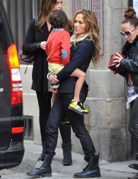 Max dans les bras de sa maman