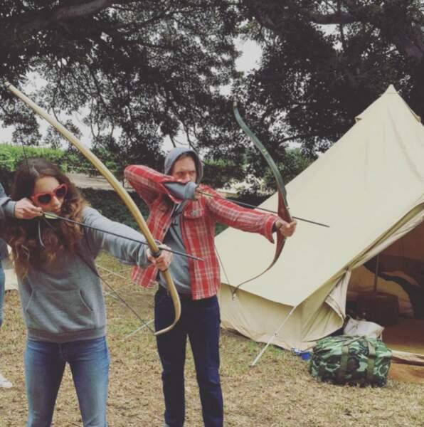 Mariage de Troian Bellisario : l'actrice et son époux en train de jouer au tir à l'arc