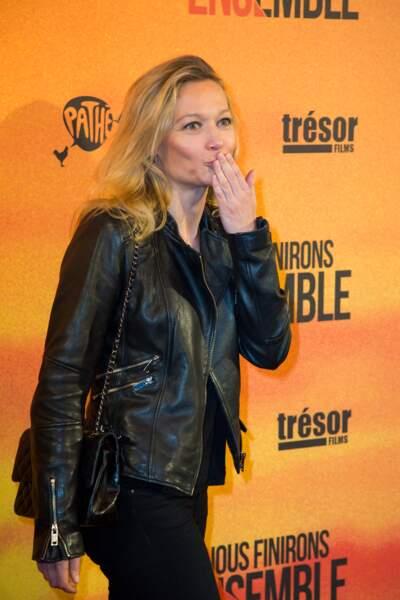 Caroline Vigneaux resplendissante au Gaumont Opéra à Paris pour l'avant-première du film de Guillaume Canet