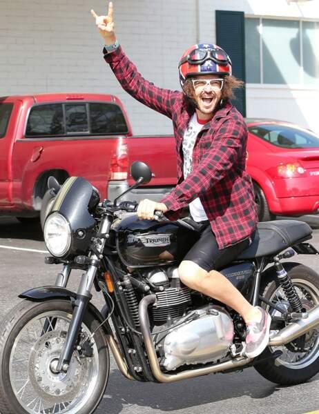 Sur sa moto, Redfoo se tient à carreau !