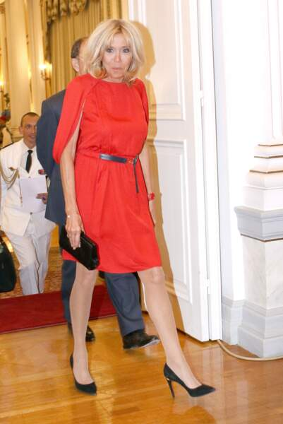 Brigitte Macron en robe rouge ceinturée