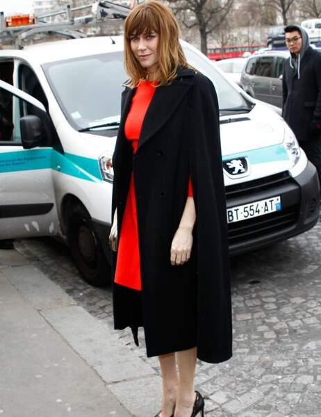 En rouge et noir, un mélange chic pour Marie-Josée Croze