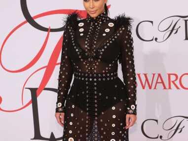 Kim Kardashian dégaine la robe transparente et cloutée pour les Fashion Awards