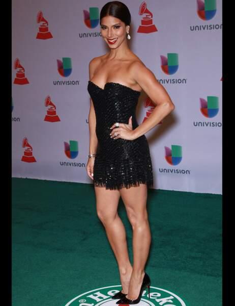 Roselyn Sanchez est arrivée en petite robe noire