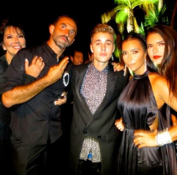 Riccardo Tisci entouré de Kris Jenner, Justin Bieber, Kim et Kendall Jenner