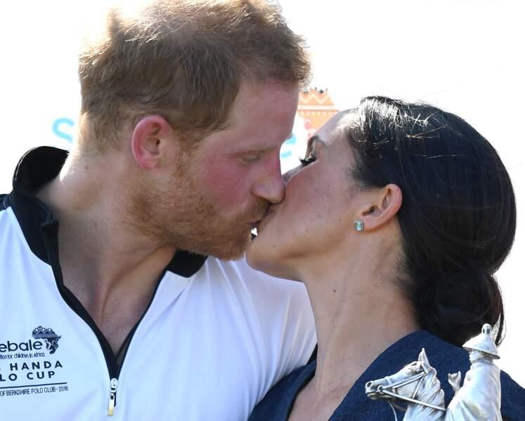 Le prince Harry et Meghan Markle s'embrassent pour la première fois en public depuis leur mariage
