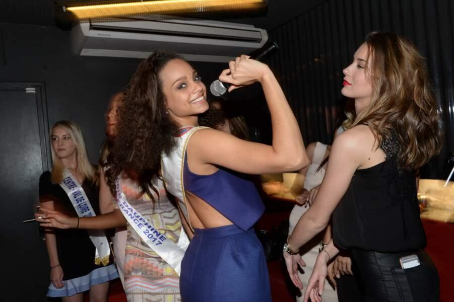 Avec ses airs de Rihanna, pas étonnant qu'Alicia soit très à l'aise avec un micro