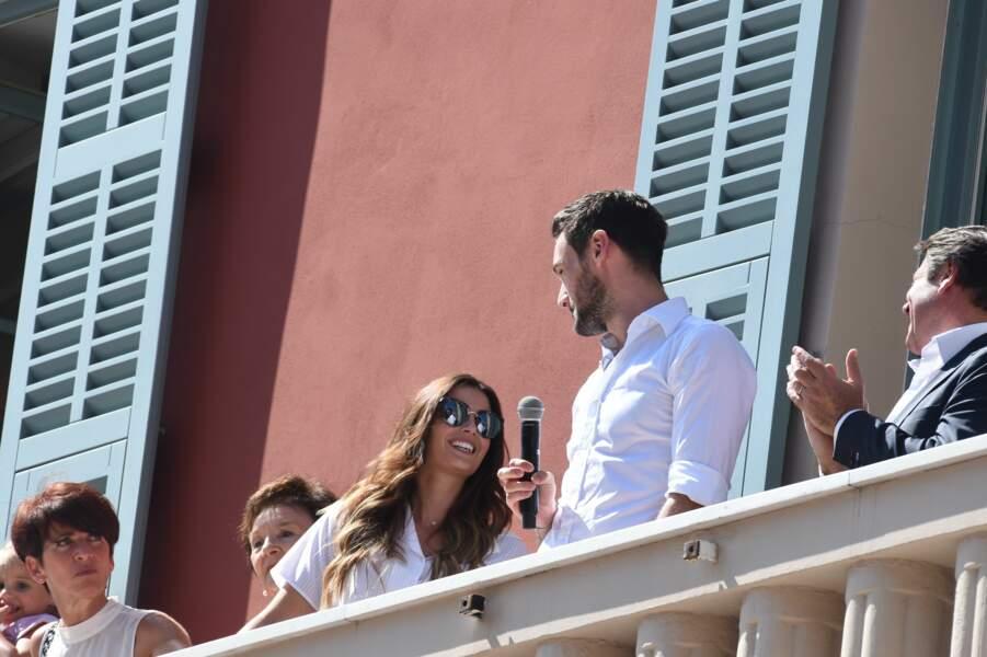 Même au micro devant des milliers de supporters, Hugo Lloris n'a d'yeux que pour son épouse