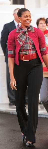 Michelle Obama stylée : imprimé écossais, gros noeud, cardigan et grosse ceinture...audacieux mais ça marche !