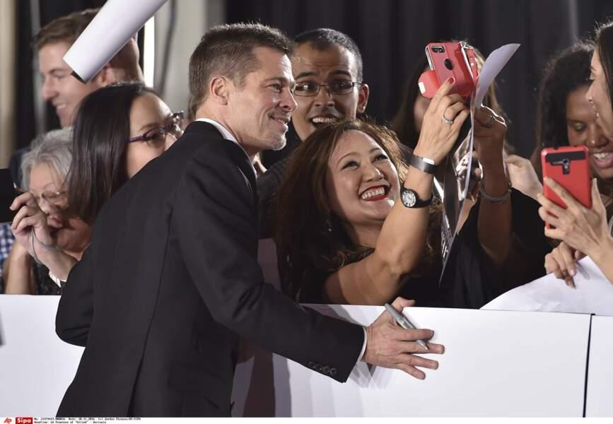 Mais il se prête avec plaisir au jeu des selfies avec son public