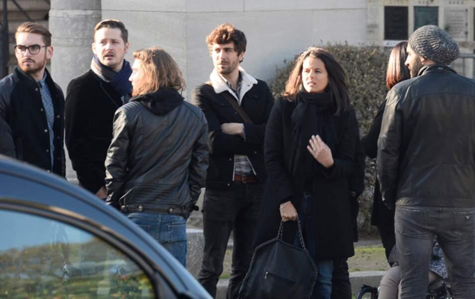 Faustine Bollaert entourée des candidats de Rising Star