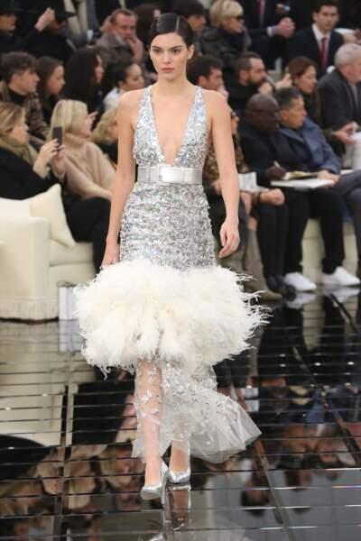 Défilé Chanel Haute Couture : Kendall Jenner a paradé en robe argentée à frous-frous