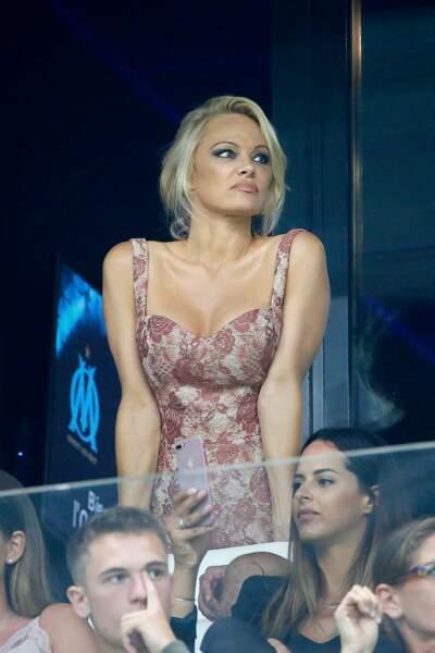 Elle avait particulièrement soigné son look pour l'occasion avec une petite robe fleurie au profond décolleté