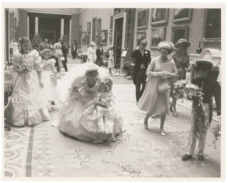 La famille royale après le mariage dans les couloirs de Buckingham Palace