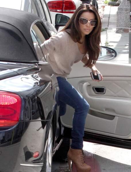 Eva Longoria sort de sa voiture
