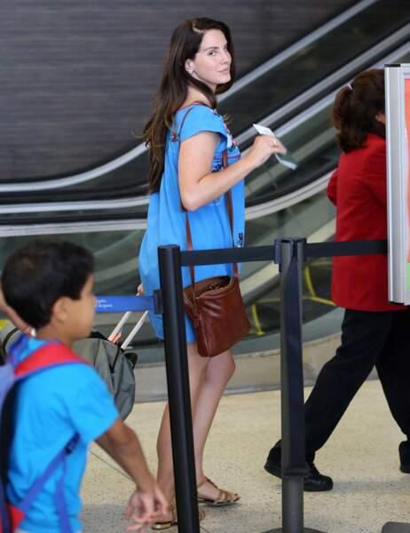 Promis, Lana del Rey mettra un foulard la prochaine fois qu'elle prendra l'avion pour Paris